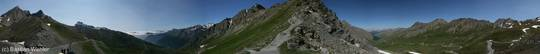 360 Grad Panorama vom Col Agnel, links die Passhöhe, dann die italienische Seite, und rechts schließlich Frankreich mit den Bergen des Queyras und ganz im Hintergrund das Écrins-Massiv