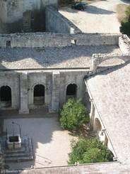 Abbaye de Montmajour: Blick in den Innenhof des Klosters von oben