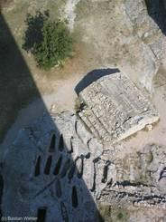 Abbaye de Montmajour: Steinerne Gräber neben der Abtei