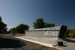 Amerikanisches Landungsboot am Denkmal zur Landung der US-Truppen am Plage du Débarquement im zweiten Weltkrieg