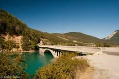 An einer Engstelle führt die Brücke der N202 über den Lac de Castillon