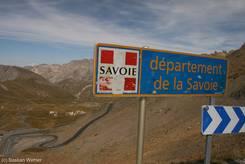 Auf dem Col du Galibier ist die Grenze zwischen den französischen Regionen Provence-Alpes-Côte d'Azur und Rhône-Alpes und ihren Départements Hautes-Alpes und Savoie (Savoyen)