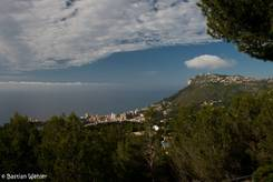 Ausblick auf das Mittelmeer von der Autobahnraststätte oberhalb von Monaco