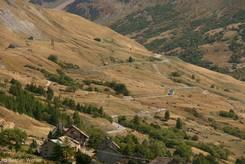 Ausblick auf die Passstraße D1091 die sich Richtung Col du Lautaret hinauf schlängelt