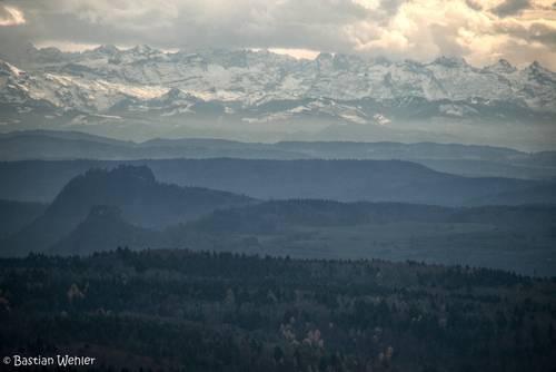 Ausblick bei trübem Novemberwetter vom Witthoh über das Hegau mit dem Hohentwiel und dem Hohenkrähen auf die Schweizer Alpen