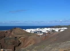 Ausblick über das Dorf El Golfo vom Rand des Kraters