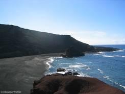 Ausblick über den dunklen Strand im Krater von El Golfo