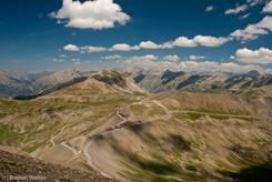 Ausblick über die Alpen Richtung Osten vom Cime de la Bonette, unten die Passstraße über den Col de la Bonette