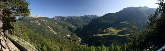 Ausblick über die Berge des Queyras in südliche Richtung mit der Combe du Queyras in der Mitte und dem Dorf Villargaudin auf der Anhöhe rechts davon