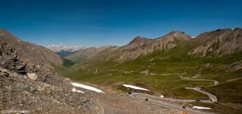 Ausblick vom Col Agnel über die Berge des Queyras bis zum Écrins-Massiv im Hintergrund