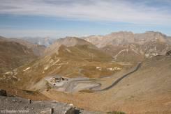 Ausblick vom Col du Galibier auf die Straße die aus Richtung Norden zum Pass führt