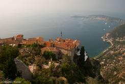 Ausblick vom Kakteengarten über die Dächer von Èze auf das Mittelmeer mit dem Cap Ferrat (rechts)
