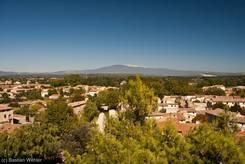 Ausblick vom Uhrturm über Pernes-les-Fontaines bis zum Mont Ventoux im Hintergrund