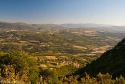 Ausblick von den Hängen des Gand Luberon über das Dorf Castellet und das Tal des Calavon