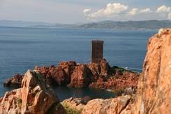 Ausblick von den rötlichen Felsen des Esterel auf die Île d'Or