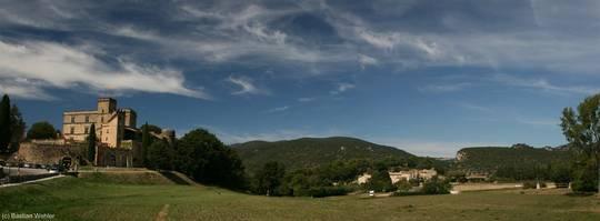 Ausblick von Lourmarin auf das örtliche Schloss und die dahinter liegenden Berge des Luberon