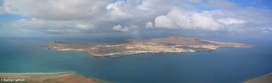Aussicht vom Mirador del Río im Norden von Lanzarote auf die Insel La Graciosa