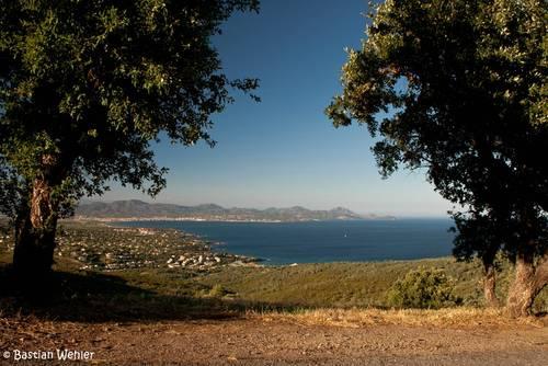 Aussicht von Les Issambres über das Mittelmeer vor Fréjus auf das Esterel-Massiv