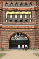 Banner 'Lübeck kämpft für seine Uni' am Holstentor