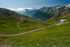 Blick auf die italienische Seite des Col Agnel mit tief hängenden Wolken im Tal im Hintergrund