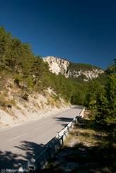 Blick auf die Straße (N202) von der Passhöhe Richtung Var-Tal