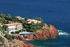 Blick auf Villen und rote Felsen des Esterelgebirges an der Mittelmeerküste bei Le Trayas