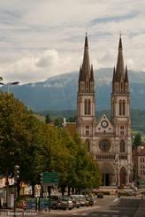 Blick durch die Straßen von Voiron auf die Kirche Saint-Bruno