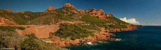 Blick entlang der Küste des Esterel-Massivs Richtung Pointe de l'Observatoire und dem 453 Meter hohen Pic du Cap Roux