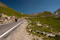 Blick entlang der schmalen Straße von italienischer Seite auf den Col Agnel