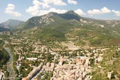 Blick über Castellane, links der Verdon, im Hintergrund der Berg 'Cadières de Brandis'