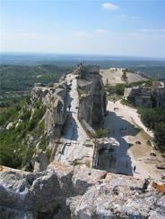 Blick über das Plateau mit Burg in Les Baux