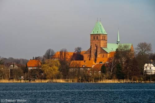 Blick über den Ratzeburger See auf den Dom in der Altstadt von Ratzeburg
