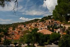 Blick über die an den Hängen der Berge des Maurenmassivs gelegenen Häuser von Bormes-les-Mimosas