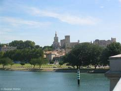 Blick über die Rhône auf die Altstadt mit dem Papstpalast und der Kathedrale von Avignon