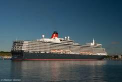 Blick vom südlichen Priwall auf die Queen Elizabeth an ihrem Liegeplatz am Skandinavienkai