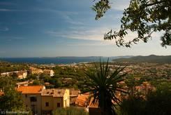 Blick von der Terrasse des Château des Seigneurs de Fos auf das Mittelmeer und die Hyerischen Inseln