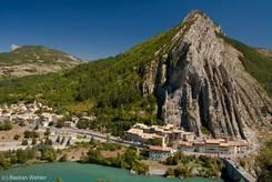 Blick von der Zitadelle hoch über der Altstadt von Sisteron auf den Rocher de la Baume und die Durance