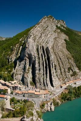 Blick von der Zitadelle in Sisteron über die Durance auf den bizarr gefalteten Rocher de la Baume
