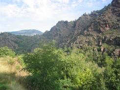 Blick von einer Haltebucht auf die schroffen Berge der Cevennen
