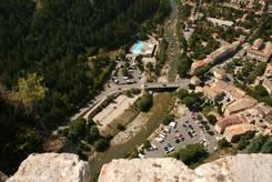 Blick von oben auf den Verdon und das Schwimmbad in Castellane