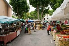 Buntes Markttreiben am Samstag in den Straßen von Riez