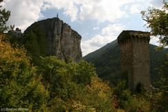 Castellane: Ausblick auf den Felsen mit der Kirche Notre-Dame du Roc, rechts der 'Tour Pentagonale'