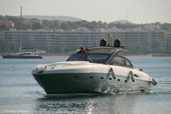 Côte d'Azur/Fréjus: Motorboot bei der Einfahrt in den Hafen