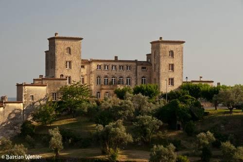Das Château du Puy in Tourrettes thront auf einem Hügel am Rand des provenzalischen Dorfes