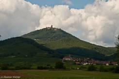 Das Elsass mit den Bergen der östlichen Vogesen und der Haut-Kœnigsbourg