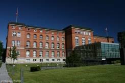 Das Gebäude des schleswig-holsteinischen Landtags im Stadtteil Kiel-Düsternbrook am Ufer der Kieler Förde