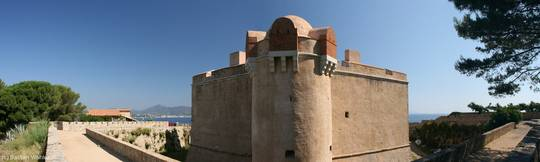 Das Innere der Festung von Saint-Tropez mit dem Mittelmeer im Hintergrund