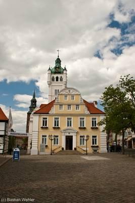 Das Rathaus von Verden (Aller) mit seinem markanten weißen Turm