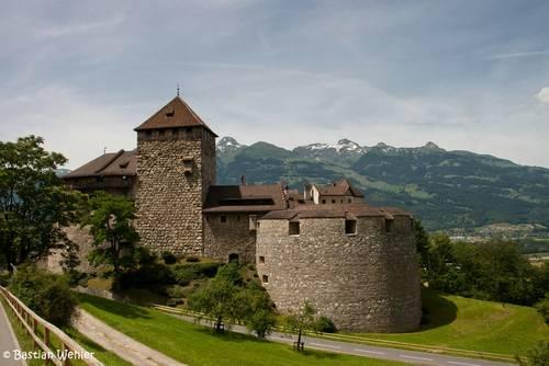 Das Schloss Liechtenstein oberhalb von Vaduz und dem Rheintal