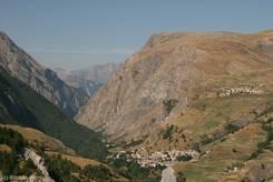 Das Tal der Romanche - unten La Grave und rechts das höher gelegene Dorf Les Terrasses